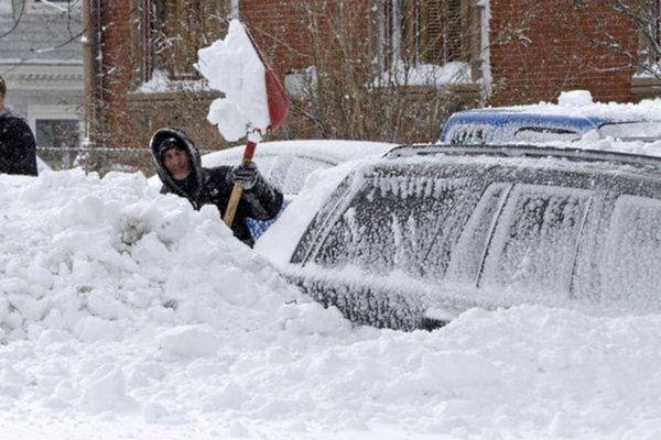 Мама і двоє дітей померли в машині, поки батько чистив сніг