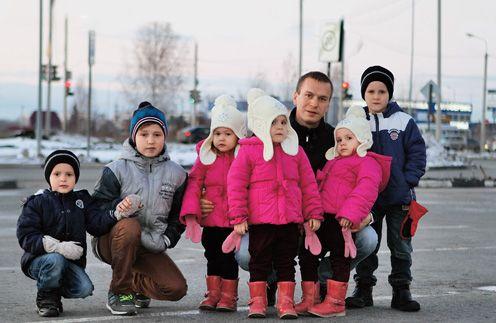Після смерті дружини він поодинці ростив 6 дітей. Тільки погляньте, як його віддячила життя!